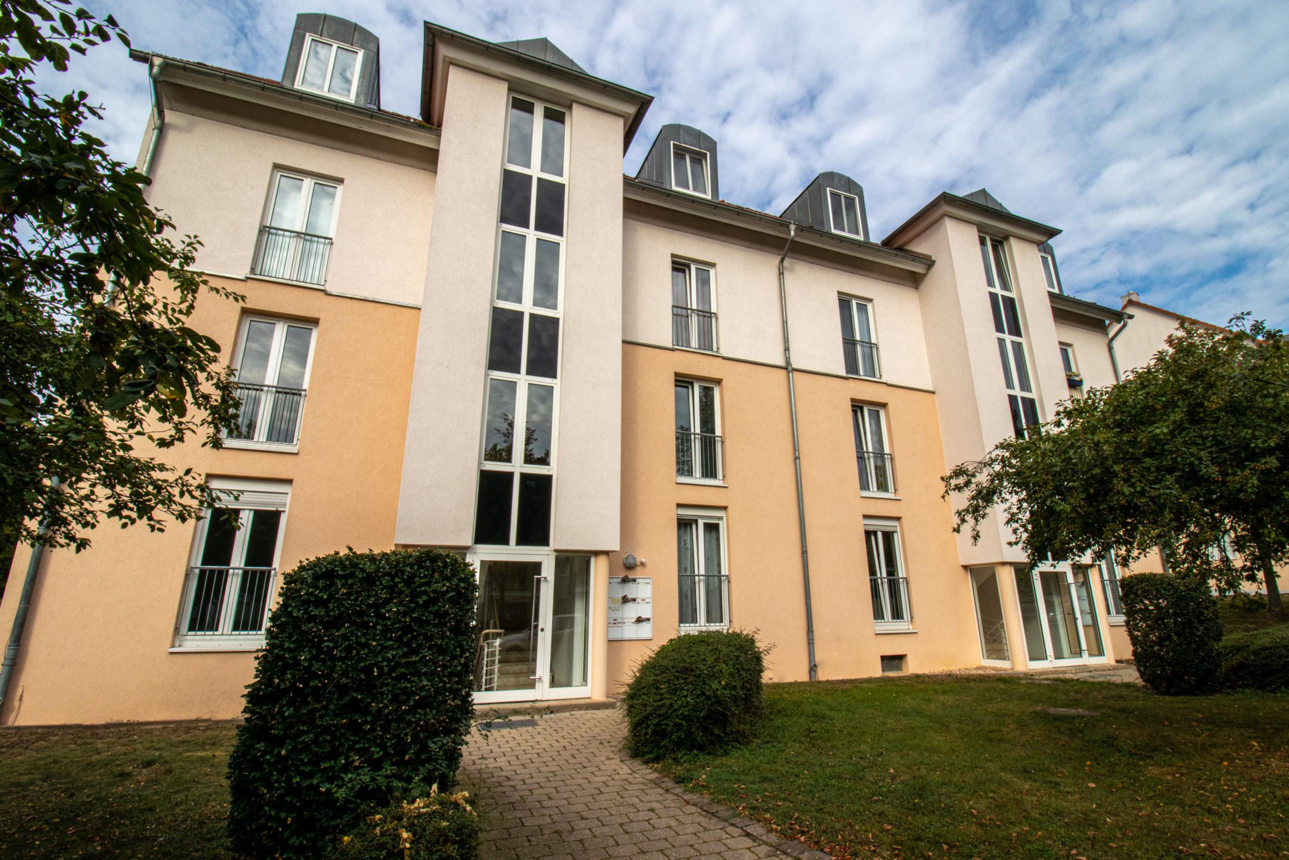 Dachgeschosswohnung mit zwei Zimmern sowie Dachterrasse und Einbauküche in Magdeburg